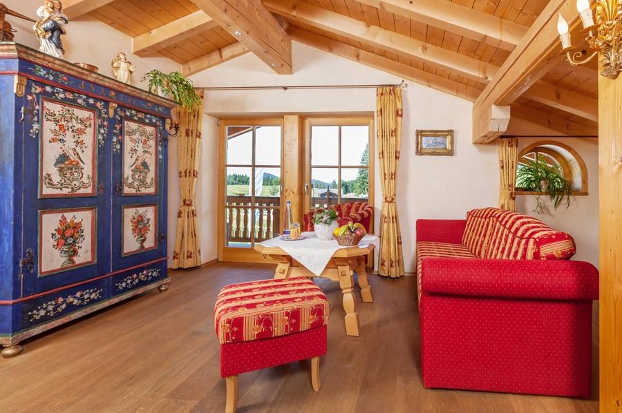 Sonnenalm Winklmoos gemütliches Zimmer mit Bauernschrank