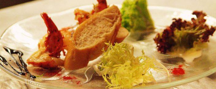 Kulinarisches Salat mit Garnele und Weißbrot