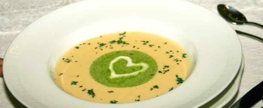 Kulinarisches Schaumcremesuppe mit Sahneherz
