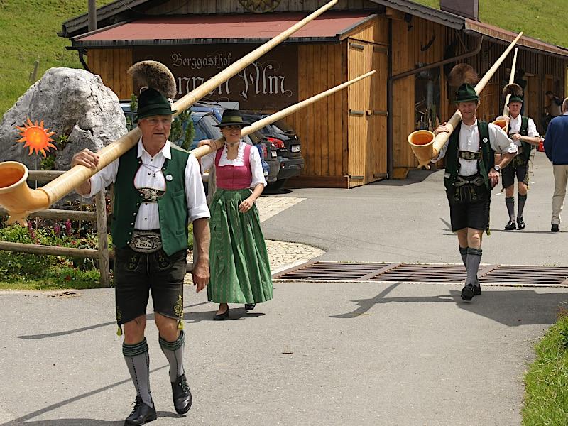 Veranstaltungen - Alphornbläser gehen zum Auftritt