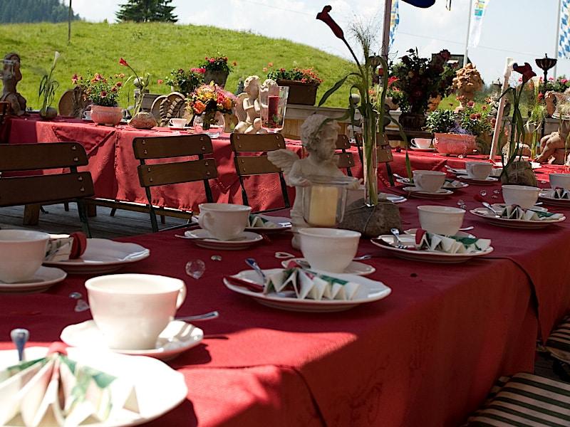Veranstaltungen - dekorativ gedeckter Tisch im Freien
