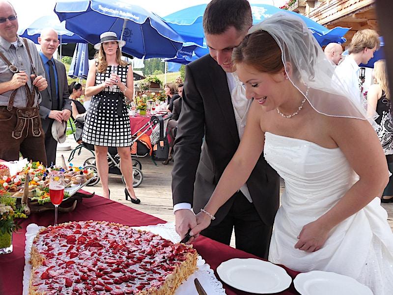 Veranstaltungen - Brautpaar beim Torte anschneiden