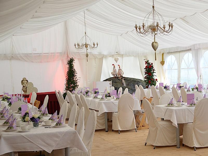 Veranstaltungen - Hochzeitszelt mit eingedeckten Tischen