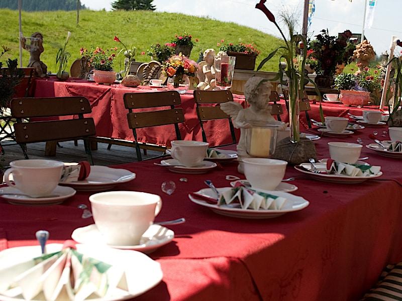 Veranstaltungen - gedeckter Hochzeitstisch im Freien