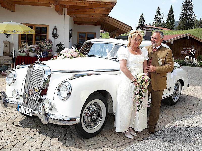 Veranstaltungen - Brautpaar vor dem Brautauto
