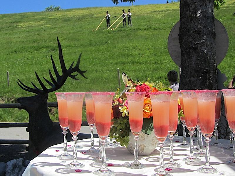 Veranstaltungen -Cocktails und Aplhornbläser im Hintergrund
