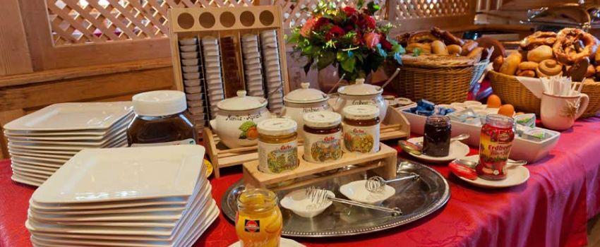 Alm-Kulinarik Frühstück Buffet mit Brot