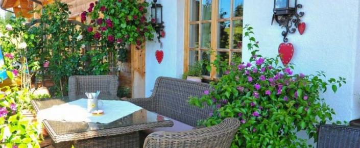 Aktivitäten Sommer - Korbstühle auf der Terrasse